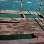 El 22 de mayo la señora Becerra cayó por el hoyo que deja la tabla que en medio del muelle falta, mientras paseaba con su familia y llevaba en brazos a su pequeña de tres años. La señora logró sostenerse y no caer al mar.