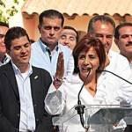 El gobernador Covarrubias Villaseñor hizo su aparición en la comitiva que acompañó a la hermana del presidente de México en su registro como candidata a la gubernatura de Michoacán, Luisa María Calderón Hinojosa.