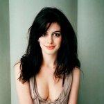 """En """"The Dark Knight Rises"""", Hathaway interpreta a Selina Kyle, una sofisticada ladrona de obras de arte y cajas fuertes, que se disfraza de Gatubela."""