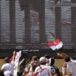 El espectáculo, transmitido en vivo por la televisión estatal, fue un momento sensacional para los egipcios. Muchos disfrutaron la humillación del hombre que gobernó con incuestionable poder durante 29 años, en los cuales los opositores fueron torturados, la corrupción era endémica, la pobreza generalizada y la vida política restringida.