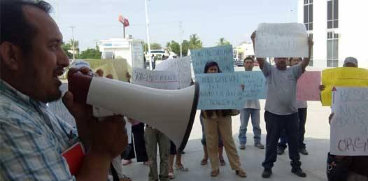 En demanda de seguridad, agua, electricidad y drenaje se manifiestan colonos en Palacio municipal