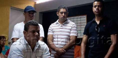Elementos de mandos medios desplazados por la comandancia de la policía municipal de La Paz presentaron el viernes pasado una denuncia por privación ilegal de la libertad contra el director de esta corporación Ángel César Amador Soto.