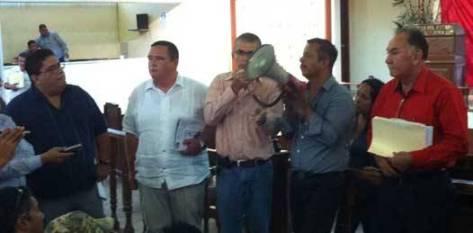 Los diputados Ramón Alvarado Higuera del PRI, Santos Rivas García del partido Convergencia o Movimiento Ciudadano y Carlos Castro Ceseña del PRD escucharon las demandas de los hombres del campo que están cansados de una colusión que dijeron ver entre el Tribunal Unitario Agrario y la SCT.