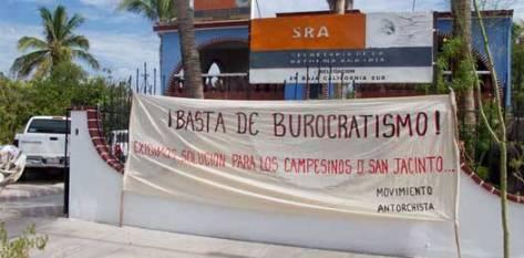 El delegado de la SRA, Juan Carlos Jiménez Fuentes, no pudo atender al grupo que por un par de horas puso tensión en las oficinas de la secretaría. Los empleados mencionaron que en ningún momento los quejosos se dispusieron a entrar al edificio y solicitar una audiencia con Jiménez Fuentes.