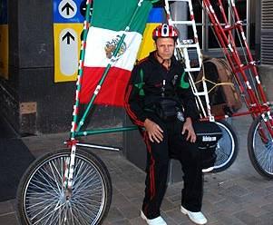 Para De Souza los viajes en bicicleta parado de cabeza y cruzando países terminarán, dibujando un círculo perfecto, en Brasil.