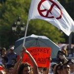"""Bajó el lema """"Monterrey dice hasta aquí"""", los regiomontanos portan pancartas con mensajes """"Larrazabal renuncia ya"""", """"Recuperemos México, no más miedo, no más muerte. Renuncia Felipe Calderón""""."""