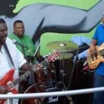 Artillando bajos y pianos, los bucaneros del blues realizaron el abordaje y con su bandera azul de dos tibias y calavera ocuparon un bar en el malecón costero de La Paz.
