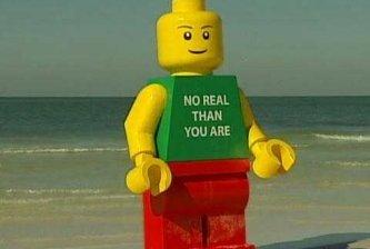 Detiene la policía a un Lego por vagar en la playa