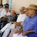 """"""". Ahora que se ha instalado el asilo de ancianos San Vicente de Paúl en la colonia, son también los viejos, quienes sufren de enfermedades, algunos, los que tragan el polvo. Es por esto que existe la promesa, por parte del regidor Javier Martínez González, de gestionar ante el ayuntamiento de La Paz la pavimentación de las calles aledañas al asilo, por lo que habrá que esperar la resolución de Cabildo, aun cuando los ancianos no se hacen más jóvenes con el pasar de los días."""