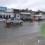 El cielo de Los Cabos desde la mañana de ayer estuvo medio nublado a nublado y a partir de las doce del día iniciaron las tormentas eléctricas y lluvias ligeras con rachas de vientos que provocaron alerta en la gente que habita en zonas peligrosas.