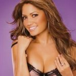 Burciaga es una mujer despampanante, tiene buenas curvas, un bonito color de piel, carnosos labios, sonrisa encantadora y unos ojos llamativos.