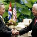 El presidente cubano, Raúl Castro, se reunió con dos senadores de Estados Unidos, en una inusual cita donde abordaron temas bilaterales como la detención en la isla de un contratista estadunidense que empeoró los vínculos entre viejos enemigos históricos.