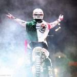 El piloto mexicano de 23 años de edad practica este deporte de acción con una KTM SX 250 CC 2012, preparada con aditamentos especiales, permitiéndole realizar acrobacias a una distancia de 14 metros de altura por 30 metros de distancia.