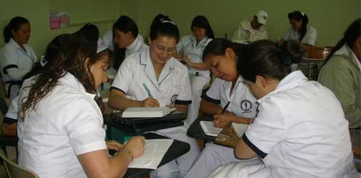 Aumentarán sueldos a químicos y enfermeras del sector salud