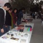 La UABCS organizó su Primer Tianguis Cultural donde los alumnos expusieron y ofrecieron manualidades, esculturas, pinturas y artesanías, entre otros productos.