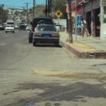 Los ciudadanos hacen un atento llamado a las autoridades municipales, para que brinden mayor iluminación, así como mantenimiento al pavimento de esta importante vía de comunicación en San José del Cabo.