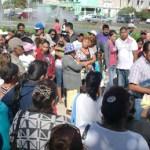 """Los vecinos, apoyados por el movimiento social Antorcha Campesina, hicieron ver que sus exigencias no se trataban de """"un juego"""". El movimiento, ha anunciado movilizaciones a partir de mañana si a la una de la tarde las propuestas de solución no se encuentran elaboradas y firmadas."""