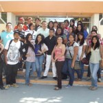 El M. en C. Gustavo Rodolfo Cruz Chávez, Rector de la UABCS, acompañado de estudiantes de la carrera de Comunicación durante su visita al Congreso del Estado.