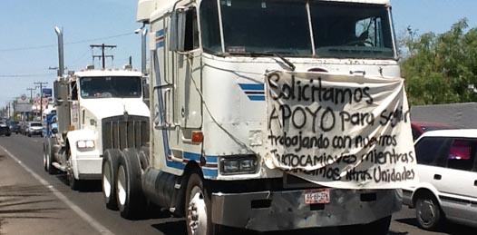 """""""Nos quieren quitar nuestros camiones"""", denunció Joel Salvador Meza Hirales, miembro del Sindicato Único de Transportistas Hombre Camión, quien junto a sus compañeros hicieron acto de presencia frente a Palacio de Gobierno."""