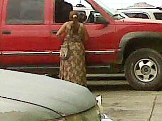 Invaden gitanas estacionamientos de centros comerciales y gasolineras