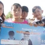 """""""Uno de los principales propósitos de este programa es brindar apoyo a la economía de las familias sudcalifornianas"""", señaló el secretario estatal de educación, precisando que se trata de 74 mil 699 uniformes y 96 mil 69 vales para útiles."""