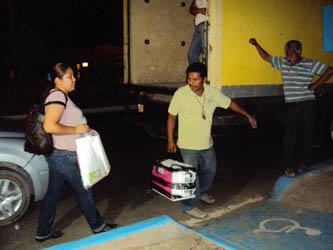 Acompañados por supervisores del IFE y escoltados por policías municipales, los presidentes y funcionarios de casillas comentaron sentirse satisfechos por haber participado en la larga jornada, la cual aún no termina, pues las urnas serán trasladadas hasta la ciudad de La Paz.