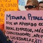 """Una comitiva que rebasó las cincuenta personas se presentó con pancartas en las que se leía: """"Minera Pitalla nos ha apoyado con becas, empleo, médico, capacitaciones, apoyo a las escuelas, ¿tú qué nos has dado, gobierno?"""", """"¿qué pasará con las 200 familias que hasta hoy dependen de minera Pitalla?""""."""