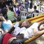 Los ciudadanos sacan hamacas, camas y colchones para descansar en la calle; dicen que es la contraparte del Día del Trabajo.