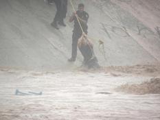 Rescata agente PEP a dama arrastrada por el arroyo