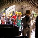 En otros países del mundo, con mayor o menor grado de desarrollo económico, también coexisten armónicamente la minería y el turismo, como ocurre en Chile, donde es creciente el número de turistas interesados en conocer minas como Chuquicamata y El Teniente, así como en la comarca de Río Tinto, en la región de Huelva, al sur de España, donde se rehabilitó un antiguo ferrocarril minero y se realizan visitas turísticas a la zona.