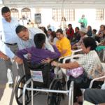 entrega de pensiones y silla de ruedas