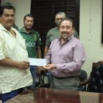 Entregan apoyos a santiaguenses