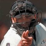 En un caso verdaderamente insólito, un ampayer de beisbol fue arrestado cuando durante un encuentro de beisbol amateur un batazo de foul rompió el cristal de un auto estacionado junto al terreno de juego.