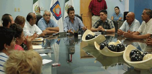 Aunque su intención es plantear el asunto directamente al gobernador Marcos Covarrubias Villaseñor, los comerciantes fueron atendidos por Armando Martínez Vega, secretario general de gobierno, y por Isidro Ibarra Morales.