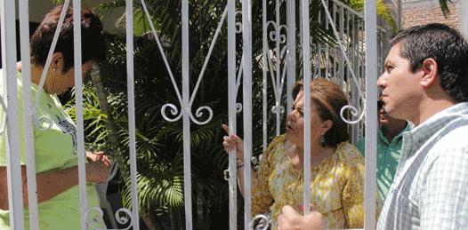 La alcaldesa Esthela Ponce, y el director de Oomsapas La Paz, Germán Ruíz, realizaron recorrido a viviendas de usuarios afectados por un brote de agua turbia en la calle Belisario Domínguez.