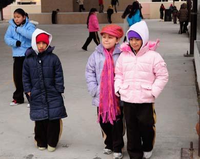 Arrestan a padres e hijos por faltar a clases