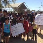 """Con pancartas en mano, los quejosos gritaban consignas como """"iFuera CFE!, iQueremos escuela!"""" y aseguran cuentan con 2 mil 700 firmas de vecinos de la zona que los apoyan."""