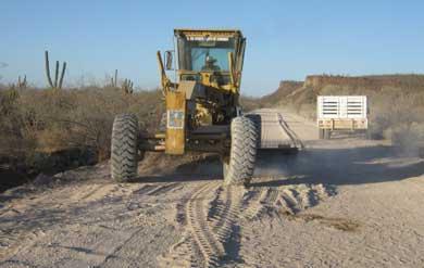 Constante el mantenimiento de caminos de la zona serrana