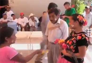 Alcalde se casa… ¡con un cocodrilo!