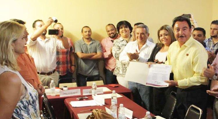 Recibe Narciso constancia de candidato a Presidente Municipal