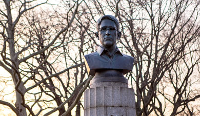 Aparece en NY monumento clandestino en honor a Snowden