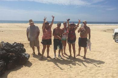 Extranjeros ponen el ejemplo en playa El Tule