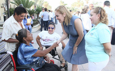 Entregan sillas de ruedas a personas con discapacidad
