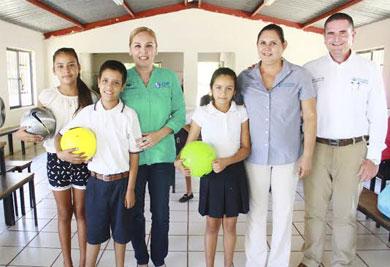 Cumple Vianey Núñez con niños de Miraflores