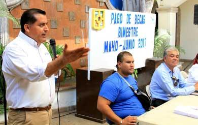 Entrega Gobierno Municipal 1.5 mdp en becas