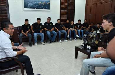 Recibe Alcalde a futbolistas campeones Sub 15 y sub 17