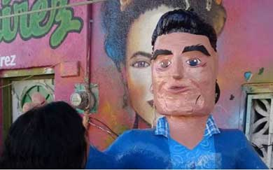 Lanzan piñata de Eduardo Yáñez