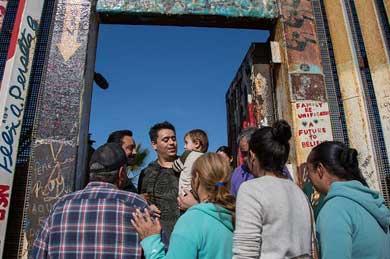 Abren el muro en Tijuana para que familias se abracen