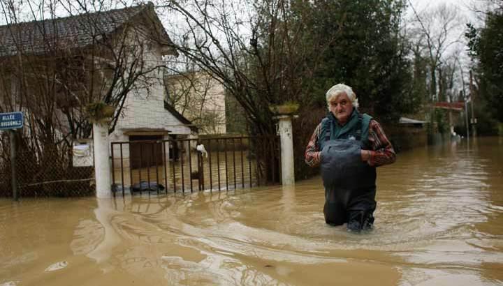 Inundaciones amenazan París