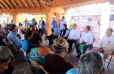 Reciben familias de La Playa apoyos asistenciales
